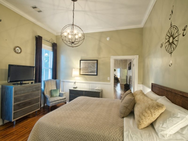http://www.southernbellevacationrentals.com/custimages/BackBedroomFacingFrontRoomandTVandChairinBackBedroom.jpg