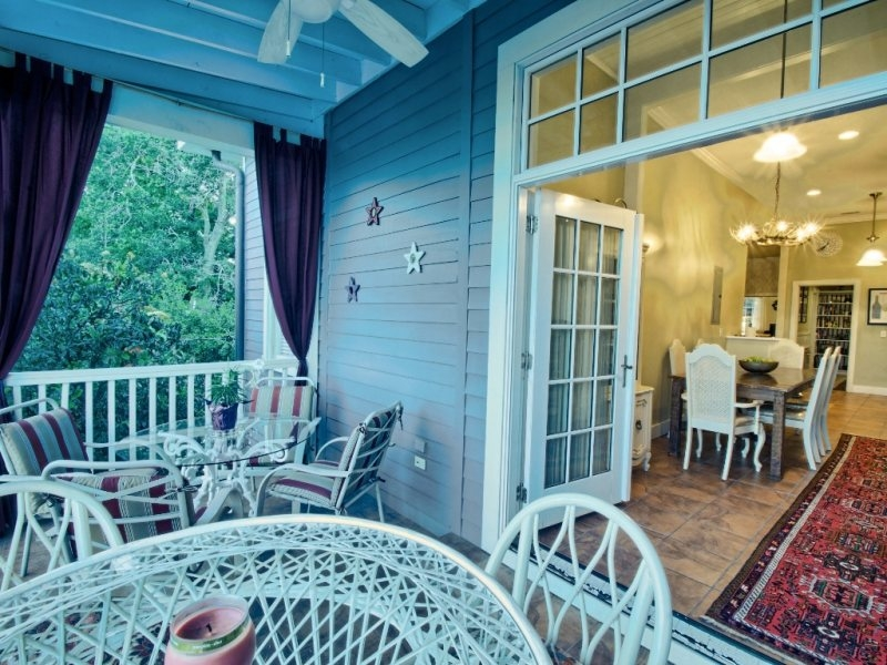 http://www.southernbellevacationrentals.com/custimages/BackPorchLookinginsideofthissavannahvacationrentals.jpg