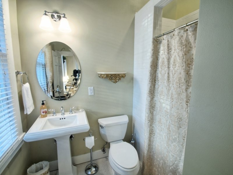 http://www.southernbellevacationrentals.com/custimages/BathroomBroadStreetSide.jpg