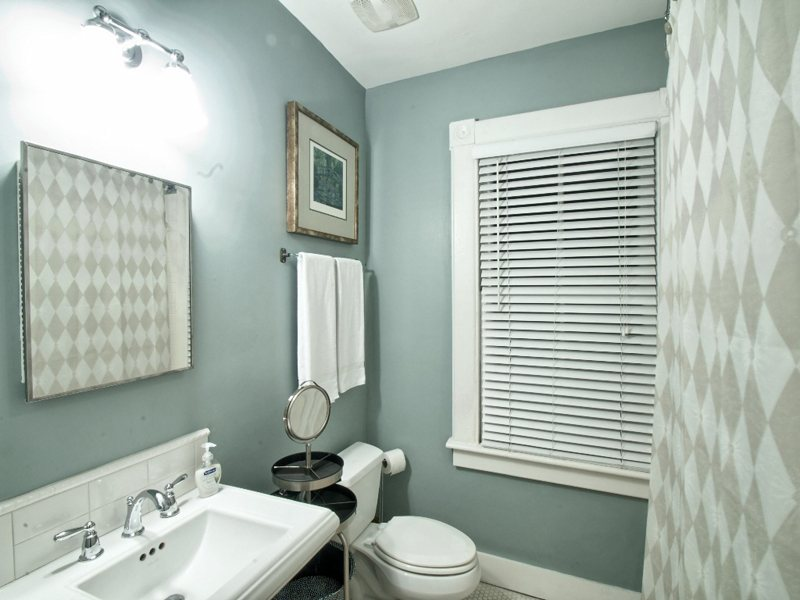 http://www.southernbellevacationrentals.com/custimages/GuestBath.jpeg