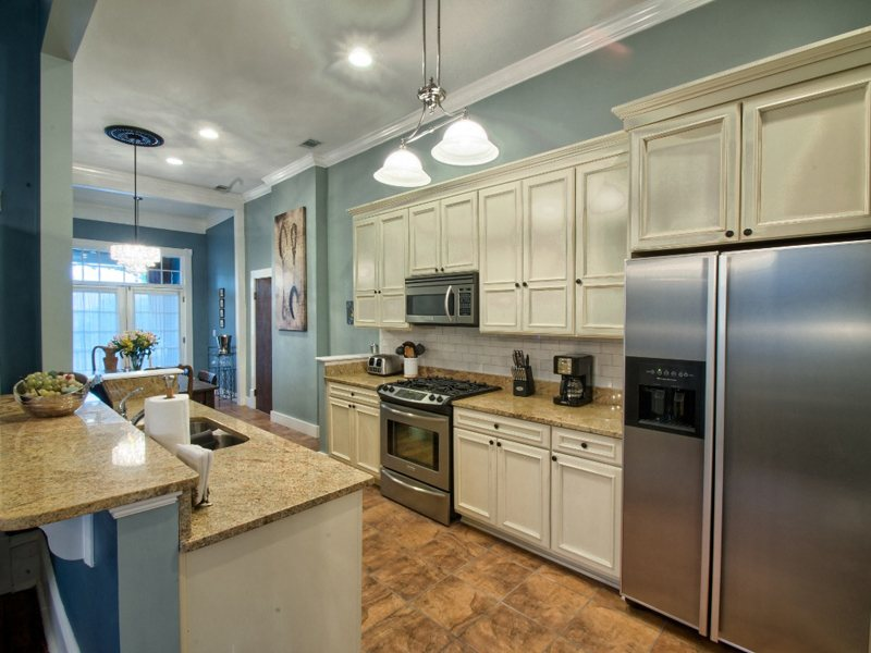 http://www.southernbellevacationrentals.com/custimages/KitchenBackatporch.jpeg