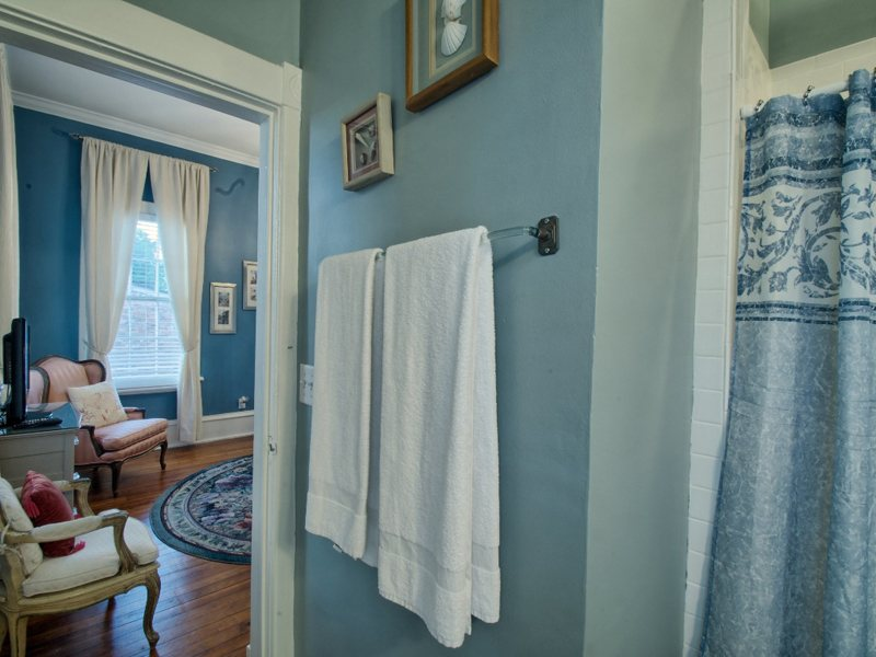 http://www.southernbellevacationrentals.com/custimages/MasterBathlookingintobedroom.jpeg