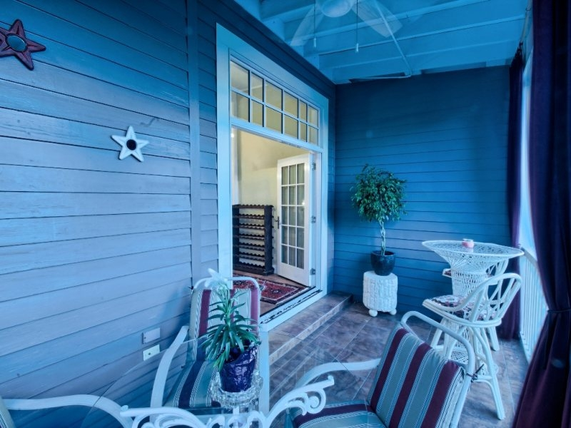 http://www.southernbellevacationrentals.com/custimages/PorchShotbackathightopbartableontheissavannahvacationrental.jpg